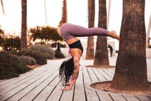 Cette femme en équilibre dans sa pose yoga rappelle un employé entre rémunération et CFT.