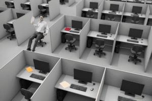 Un homme se promène dans les bureaux vides de son entreprise qui est en mode de travail hybride.